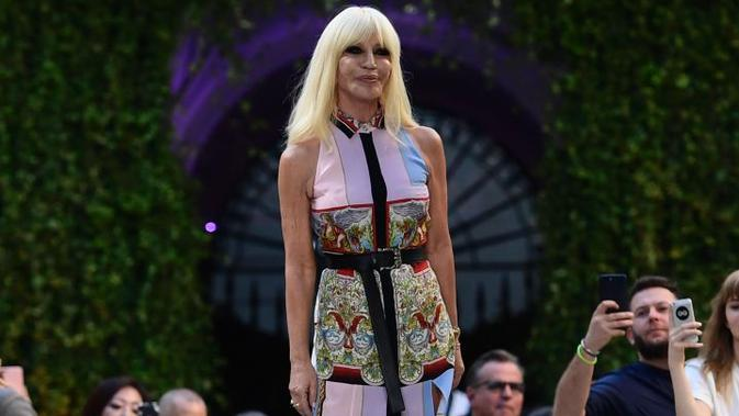 Donatella Versace, desainer label mewah Versace asal Italia (AFP/Miguel Medina)