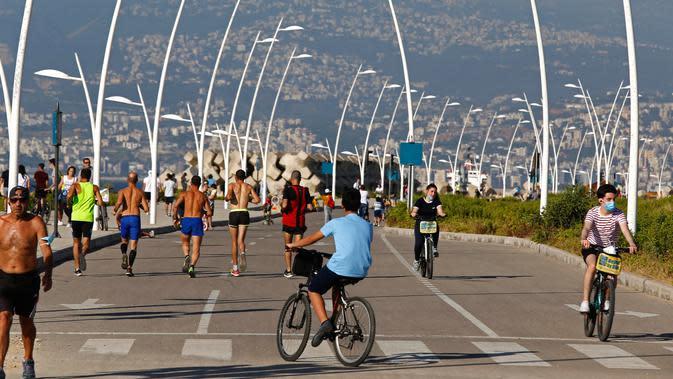 Orang-orang menikmati kegiatan bersepeda di pinggir pantai di Beirut, Lebanon (11/6/2020). Belakangan ini, kegiatan bersepeda menjadi aktivitas yang lazim di Lebanon sejak pemerintah memberlakukan pembatasan guna meredam pandemi COVID-19. (Xinhua/Bilal Jawich)