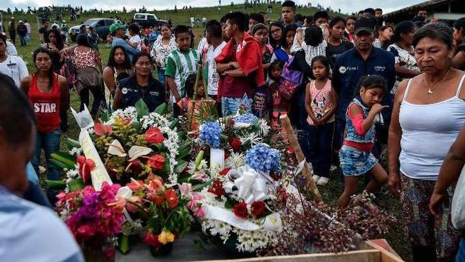 Para kerabat berduka atas kematian seorang pemimpin komunitas yang terbunuh di daerah Caloto, Kolombia, pada Juli 2018.(Source: AFP/ Getty Images/ Luis Robayo).
