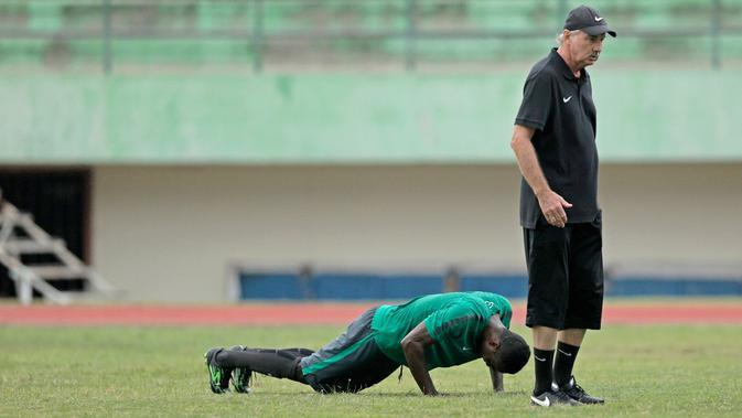 Pemain yang gagal menajalani instruksi dengan benar mesti melakukan push up sebagai hukuman di sesi latihan Timnas Indonesia tersebut (24/9/2016). (Bola.com/Peksi Cahyo)