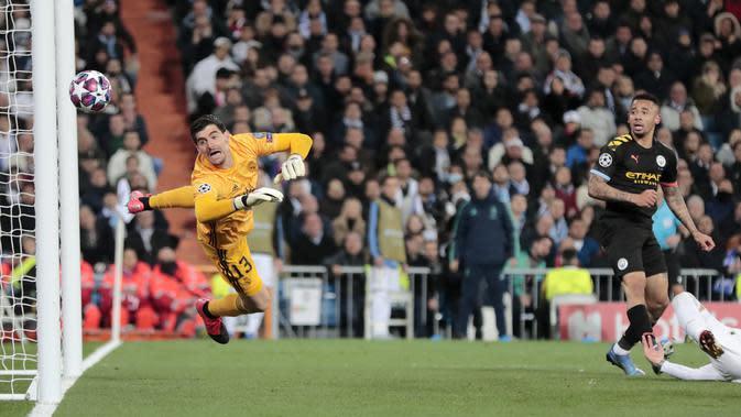 Striker Manchester City, Gabriel Jesus, mencetak gol ke gawang Real Madrid pada laga liga Champions di Stadion Santiago Bernabeu, Rabu(26/2/2020). Manchester City menang dengan skor 2-1. (AP/Bernat Armangue)