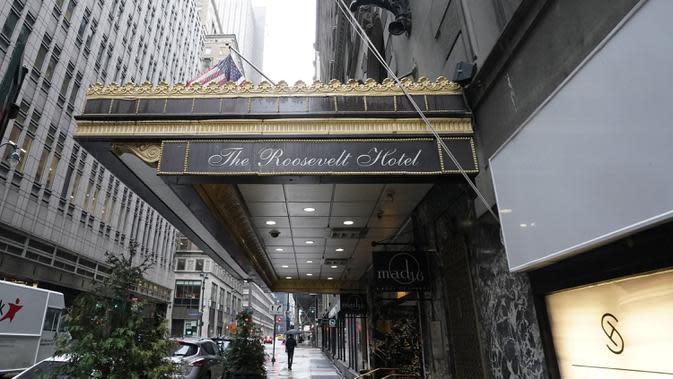 Pintu masuk Roosevelt Hotel, hotel mewah bersejarah di Midtown Manhattan, terlihat di New York pada 12 Oktober 2020. Hotel ikonik yang kerap dijadikan tempat syuting film-film Hollywood itu akan ditutup secara permanen lantaran pandemi Covid-19. (TIMOTHY A. CLARY / AFP)