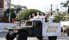 防疫英雄領唱國歌 巨幅國旗飛掠凱道