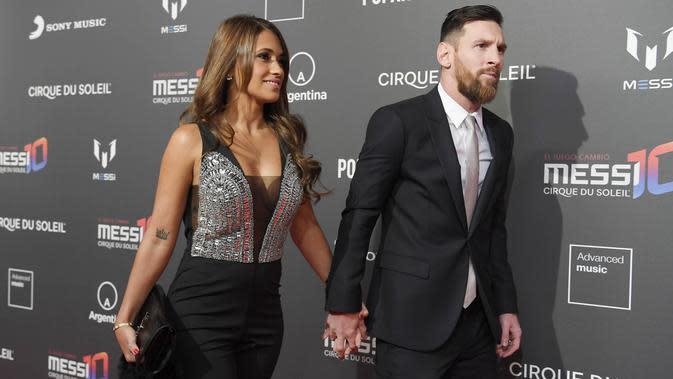 Bintang Barcelona, Lionel Messi dan istrinya Antonella Roccuzzo, bergandengan tangan saat menghadiri sesi pemotretan acara terbaru Cirque du Soleil