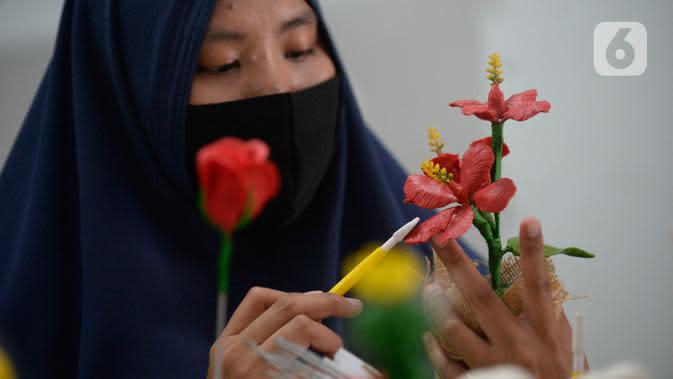Perajin bunga sabun, Irniyuniati membuat bunga mawar dari sabun batangan di Perumahan Bukit Indah, Ciputat, Tangerang Selatan, Jumat (2/10/2020). Pemerintah berharap terhadap UMKM tetap berproduksi di tengah pandemi covid-19 untuk bisa memulihkan perekonomian nasional. (merdeka.com/Dwi Narwoko)