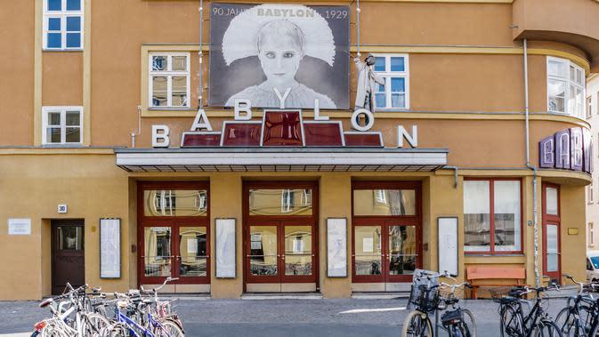 Pemandangan gedung bioskop Babylon yang tutup di Berlin, ibu kota Jerman (22/3/2020). Demi menahan laju penyebaran coronavirus baru (COVID-19), Jerman melarang pertemuan publik lebih dari dua orang, menurut langkah terbaru negara tersebut yang diumumkan pada Minggu (22/3). (Xinhua/Binh Truong)