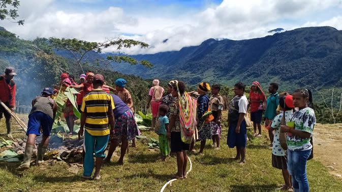 Upacara adat bakar batu dan doa bersama untuk dukungan pencarian helikopter MI 17 yang hilag kontak di Oksibil Papua. (Liputan6.com/Katharina Janur/Kodam Cenderawasih)
