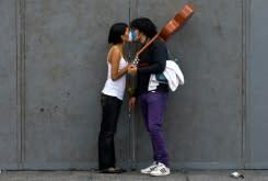 Dokter terkemuka Kanada anjurkan penggunaan masker saat berhubungan badan, jangan ciuman