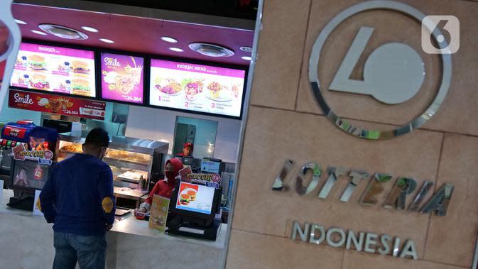 Karyawan melayani pembeli di gerai makanan cepat saji asal Korea, Lotteria di Kawasan Fatmawati, Jakarta, Satu (20/6/2020). Setelah 9 tahun, Lotteria mengumumkan akan menutup semua gerainya di Indonesia secara permanen per tanggal 29 Juni 2020. (Liputan6.com/Herman Zakharia)
