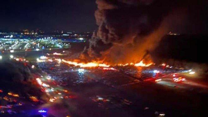 Lahan parkir dekat Bandara Florida terbakar.