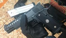 警方在旺角拘3男子 檢仿製手槍伸縮棍及BB彈手榴彈