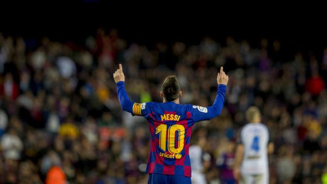 Striker Barcelona, Lionel Messi, melakukan selebrasi usai membobol gawang Deportivo Alaves pada laga La Liga 2019 di Stadion Camp Nou, Sabtu (21/12). Barcelona menang 4-1 atas Deportivo Alaves. (AP/Joan Monfort)