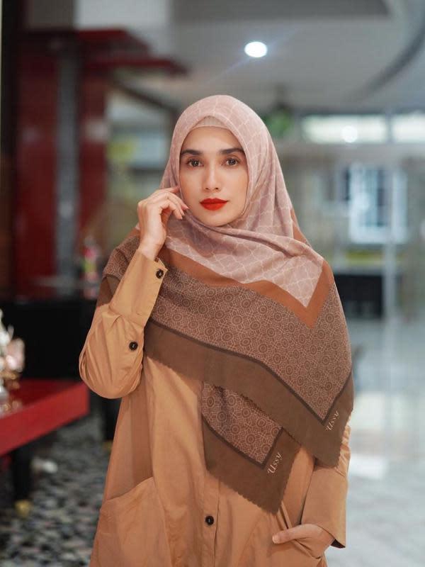 Potret Ussy Sulistiawaty Dalam Balutan Hijab (sumber: instagram/ussypratama)