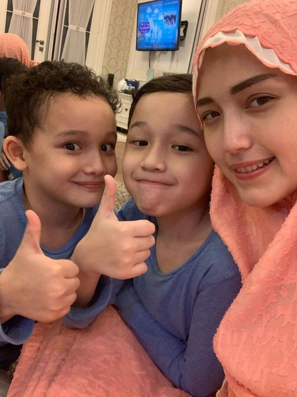 Momen keluarga seleb Tarawih bersama di rumah. (Sumber: Instagram/adeliapasha)