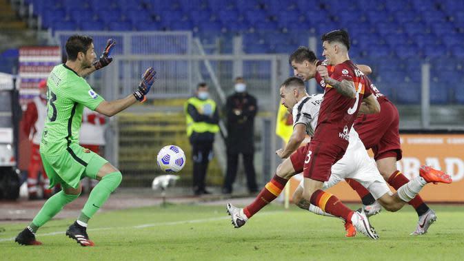 Gelandang Juventus, Aaron Ramsey, berusaha mencetak gol ke gawang AS Roma pada laga Serie A di Stadion Olimpico, Senin (28/9/2020). Kedua tim bermain imbang 2-2. (AP Photo/Gregorio Borgia)