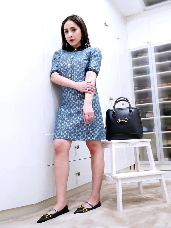 Dari pemilihan konsepnya dalam berbusana, Gigi sering terlihat sebagai gadis muda. Namun tak jarang juga ia tampil elegan seperti yang satu ini. Gigi mengenakan midi dress berwarna biru dan untuk rambutnya dibiarkan terurai. (Instagram/raffinagita1717)