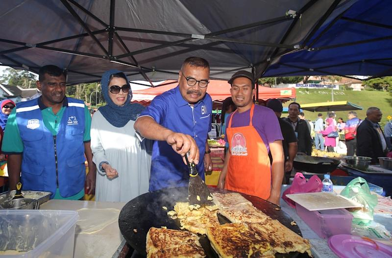 Barisan Nasional Cameron Highlands by-election candidate Ramli Mohd Noor interacts with a hawker in Tanah Rata January 13, 2019. — Picture by Farhan Najib