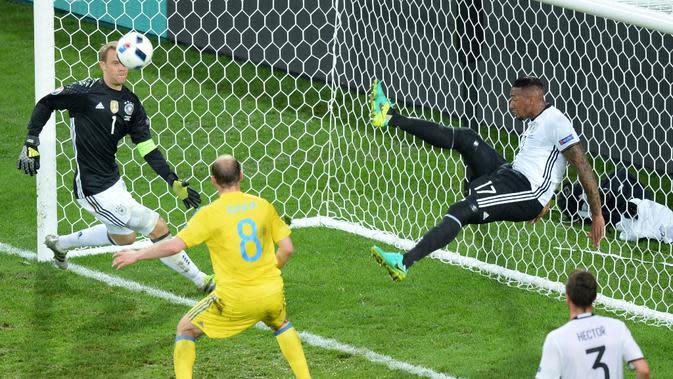 Bek Jerman, Jerome Boateng, menghalau bola yang hampir masuk ke gawangnya saat melawan Ukraina pada laga Grup C Piala Eropa 2016 di Stade Pierre-Mauroy, Senin (13/6/2016) dini hari WIB. (AFP/Denis Charlet)