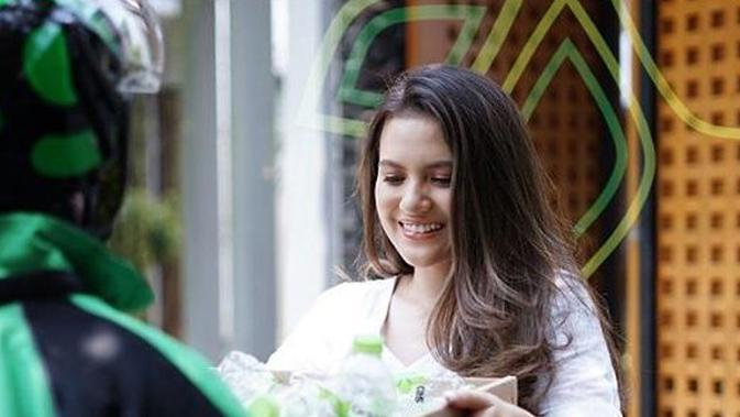 Marsha Aruan mengirim daur ulang botol plasti ADES dengan memanfaatkan layanan GoSend.