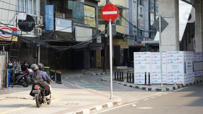 Pengendara sepeda motor melawan arus saat melintas di kolong Stasiun MRT Blok A, Jakarta, Selasa (29/9/2020). Kurangnya sanksi tegas bagi pelanggar lalu lintas membuat sebagian pemotor nekat melawan arus di jalur satu arah itu, meski dapat membahayakan keselamatan. (Liputan6.com/Immanuel Antonius)
