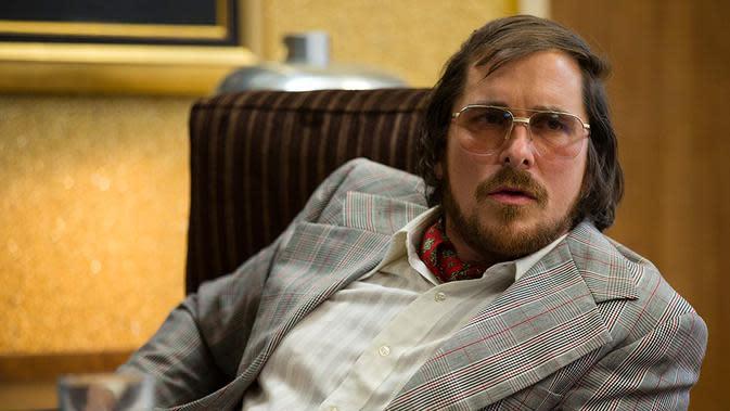 Christian Bale dalam American Hustlers. (Foto: Dok. IMDb/ Dok. Columbia Pictures)