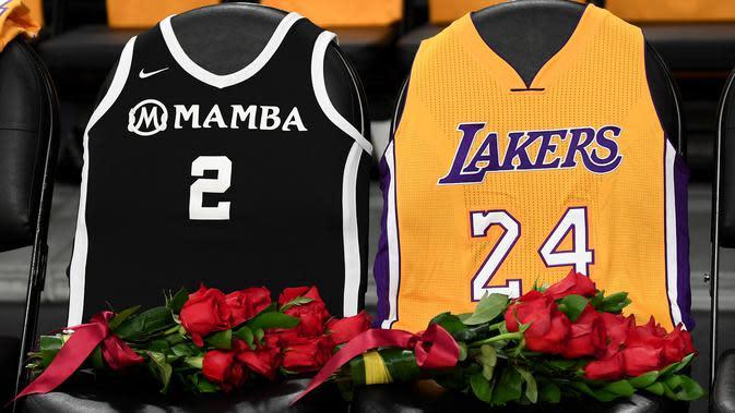 Los Angeles Lakers menghormati Kobe Bryant dan putrinya Gigi dengan menaruh bunga mawar dan jersey Mamba # 2 gigi dan jersey Kobe # 24 di kursi sebelum pertandingan melawan Portland Trail Blazers di Staples Center on di Los Angeles, California (31/1/2020). (Harry How/Getty Images/AFP)