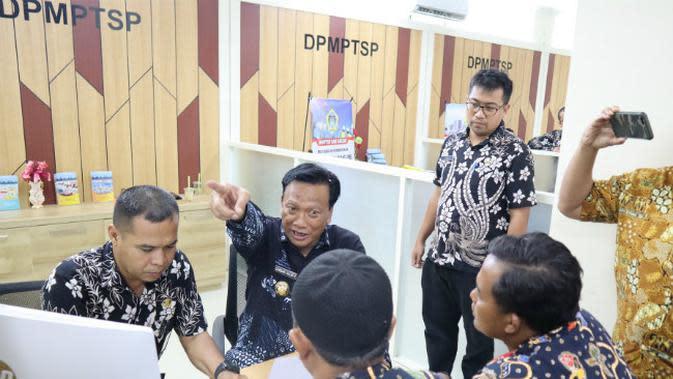 Bupati Gresik Sambari Halim Radianto dan Wakil Bupati Mohammad Qosim beserta segenap anggota Forkopimda Gresik meluncurkan Mal Pelayanan Publik (MPP) Gresik pada Jumat (15/11/2019). (Foto: Liputan6.com/Dian Kurniawan)