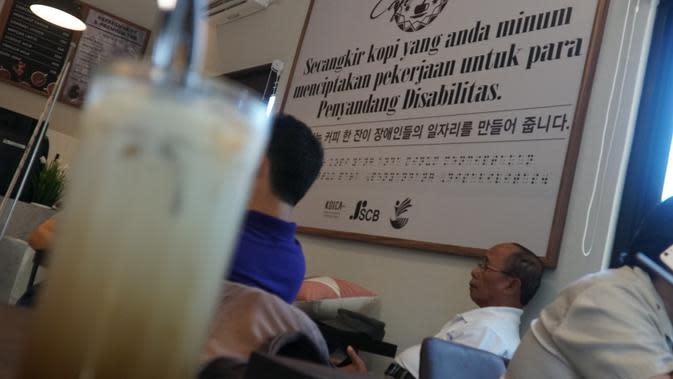 Papan berisi pesan di sudut di Cafe More. (Liputan6.com/Huyogo Simbolon)