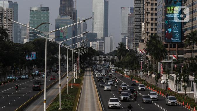 Suasana lalu lintas di Jalan Jenderal Sudirman saat hari pertama pemberlakuan ganjil-genap kendaraan di Jakarta, Senin (3/8/2020). Kebijakan ganjil-genap untuk membatasi mobilitas warga dan menghindari adanya penumpukan kendaraan di jalan raya pada masa PSBB transisi. (Liputan6.com/Johan Tallo)