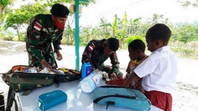 VIVA Militer: Yonif Raider 100/PS obati bocah digigit anjing di Papua.