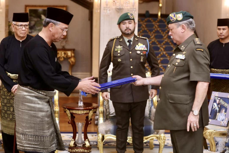 Newly-minted Johor Mentri Besar Datuk Hasni Mohammad (left) receiving his appointment letter and taking his oath of office before Johor ruler Sultan Ibrahim Iskandar in Johor Baru February 28, 2020. — Picture courtesy of Johor Royal Press Office