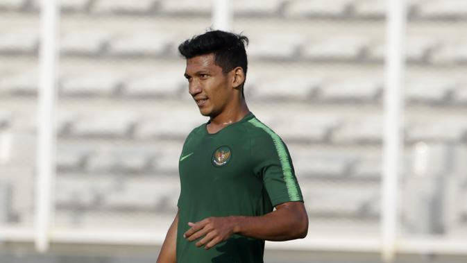 Pemain Timnas Indonesia U-22, TM Ichsan, saat latihan di Stadion Madya, Senayan, Jakarta, Senin (4/3). Latihan tersebut untuk persiapan kualifikasi Piala AFC U-23. (Bola.com/M Iqbal Ichsan)