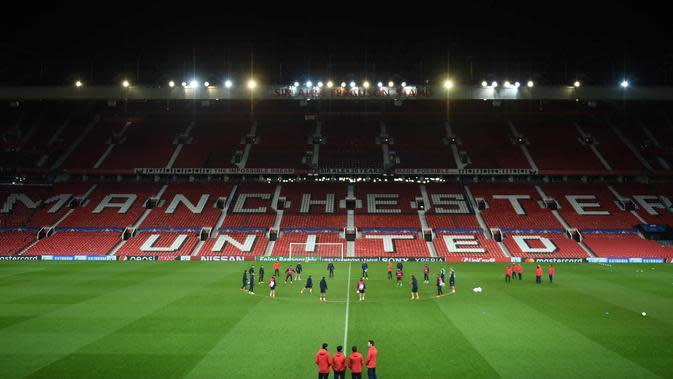 Suasana latihan para pemain Sevilla jelang menghadapi Manchester United pada leg kedua babak 16 besar Liga Champions di stadion Old Trafford di Manchester, Inggris (12/3). Pada leg pertama Sevilla bermain imbang 0-0 atas MU. (AFP Photo/Oli Scarff)