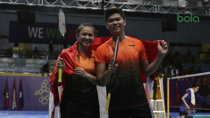 Ganda campuran Indonesia, Praveen Jordan/Melati Daeva Oktavianti meraih medali emas SEA Games 2019 di Multinlupa Sport Complex, Senin (9/12/2019). (Bola.com/Muhammad Iqbal Ichsan)