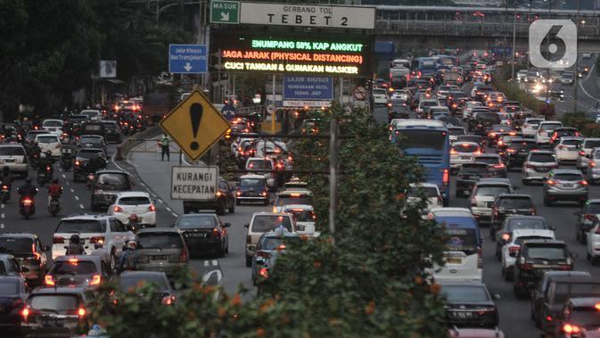 Suasana kemacetan arus kendaraan di Jalan Gatot Subroto, Jakarta, Selasa (9/6/2020). Masa PSBB Transisi yang memperbolehkan karyawan di perkantoran kembali bekerja menyebabkan ruas jalan Ibu Kota kembali macet dan semrawut saat jam pulang kerja. (merdeka.com/Iqbal S Nugroho)