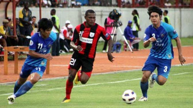 Pemain Persipura Jayapura Tinus Pae (tengah) mencoba melewati dua pemain Chonburi FC pada pertandingan Piala AFC di Stadion Mandala Jayapura, Papua. (Antara)
