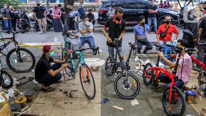 Teknisi merakit sepeda pesanan pembeli di Toko Sepeda Maju Royal, Cipondoh, Kota Tangerang, Kamis (11/6/2020). Selama masa pandemi Covid-19 penjualan sepeda lipat mengalami kenaikan dibanding sebelum masa pandemi. (Liputan6.com/Fery Pradolo)