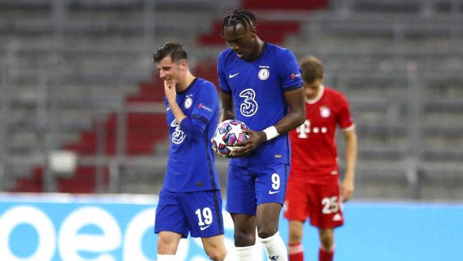 Pemain Chelsea, Tammy Abraham, tampak lesu usai ditaklukkan melepaskan tendangan bebas ke gawang Bayern Munchen pada laga Liga Champions di Allianz Arena, Sabtu (8/8/2020). Bayern Munchen menang 4-1 atas Chelsea. (AP/Matthias Schrader)
