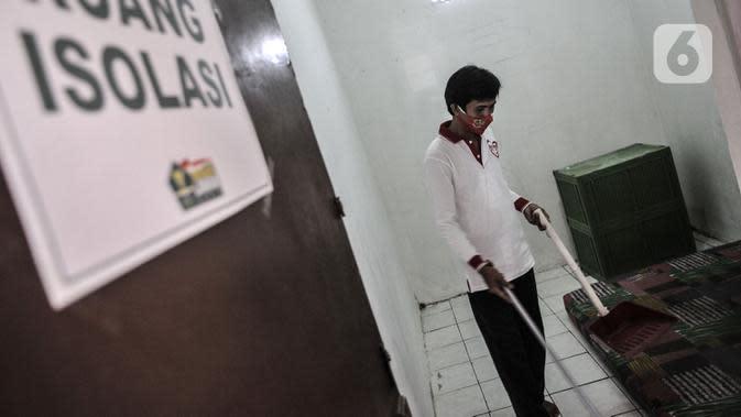Anggota Lembaga Keswadayaan Masyarakat (LKM) membersihkan kamar isolasi COVID-19 di RW 05 Kelurahan Kuningan Barat, Jakarta, Kamis (27/8/2020). Ruang isolasi tersebut dilengkapi tempat tidur, lemari, hingga kamar mandi. (merdeka.com/Iqbal S. Nugroho)