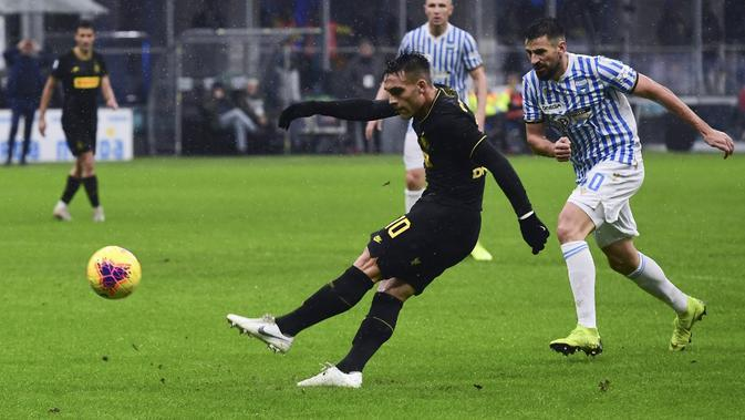 Aksi Lautaro Martinez saat Inter Milan berhadapan dengan SPAL. (AFP/Miguel Medina)