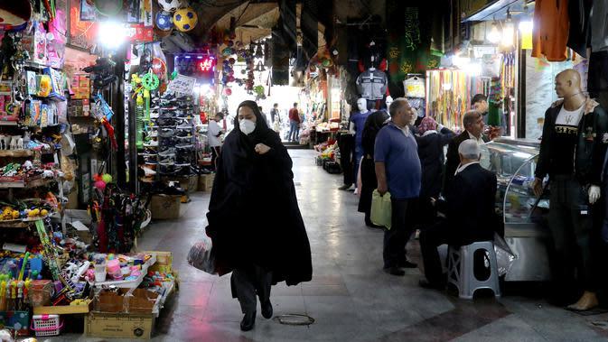 Warga mengenakan masker saat berjalan di Shahr-e-Ray, Teheran, Iran, 7 Maret 2020. Hingga Kamis (12/3/2020) pagi, jumlah kasus virus corona COVID-19 di Iran sebanyak 9.000 orang terinfeksi, 354 meninggal, dan 2.959 sembuh. (AP Photo/Ebrahim Noroozi)