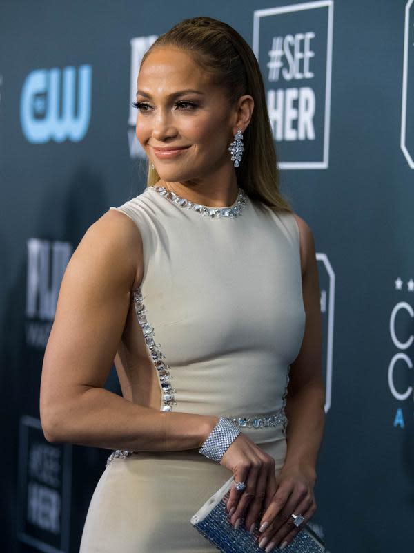 Jennifer Lopez berpose saat menghadiri Critics' Choice Awards 2020 di Barker Hangar, Santa Monica, California, Amerika Serikat, Minggu (12/1/2020). Jennifer Lopez tampil cantik dengan mengenakan gaun krem yang memperlihatkan punggung dan sampingnya. (Emma McIntyre/Getty Images/AFP)