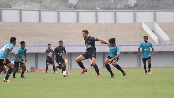 Laga uji coba antara Persita Tangerang melawan tim Persita U-20 di Sport Center Kelapa Dua, Tangerang, Jumat (11/9/2020). (Dok. Persita)
