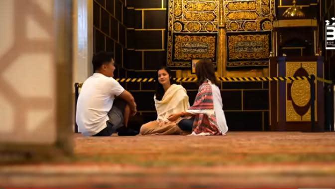 Mamanya Ovi menceritakan, dengan dibangunnya masjid di halaman belakang rumahnya ini untuk mengingatkan seluruh keluarganya untuk selalu bersyukur dan beribadah. Selain itu, juga bisa bermanfaat untuk orang lain. (Youtube/Boy William)