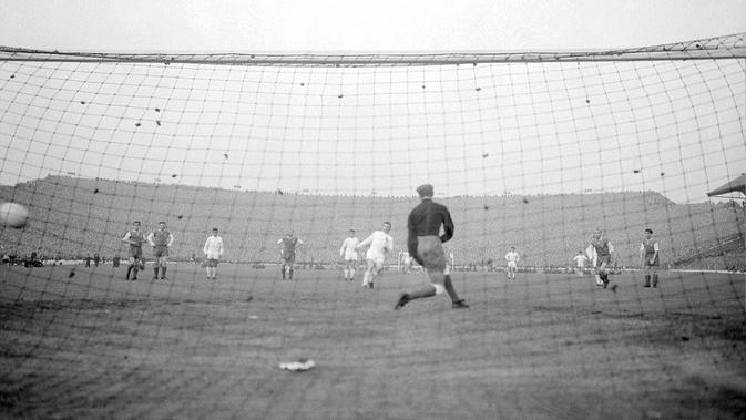 Bintang Real Madrid Ferenc Puskas mengeksekusi penalti pada final Piala Champions 1960 melawan Eintracht Frankfurt. (Twitter)