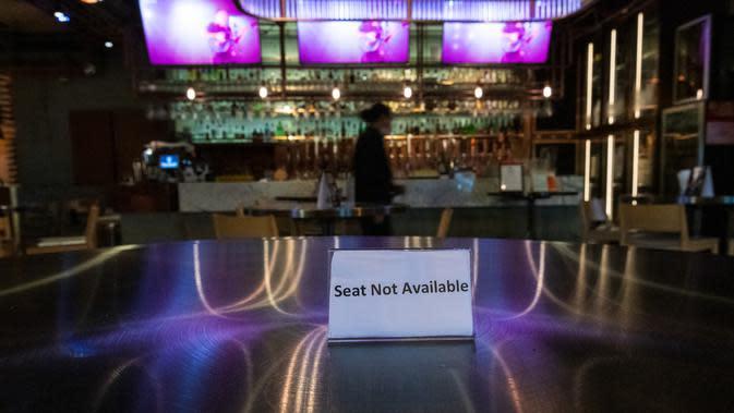 Tanda 'kursi tidak tersedia' menghiasi salah satu restoran selama penutupan di kawasan hiburan malam Lan Kwai Fong, Hong Kong (5/5/2020). (AFP/May James)