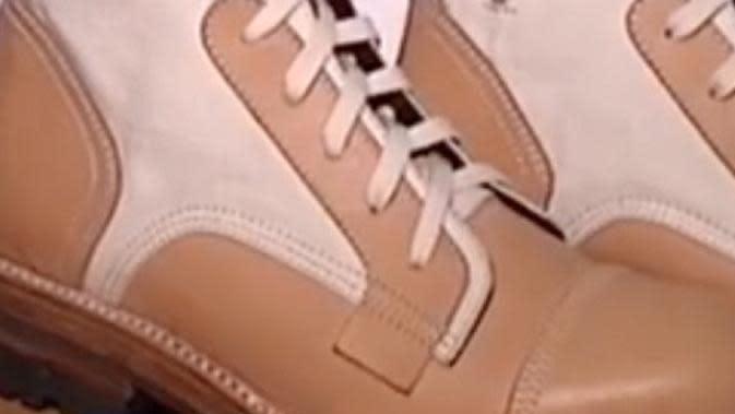 Ridwan Kamil memamerkan sepatu hasil desainannya berkolaborasi dengan UMKM (Dok.Instagram/@ridwankamil/https://www.instagram.com/p/CEGVN49pA5t/Komarudin)