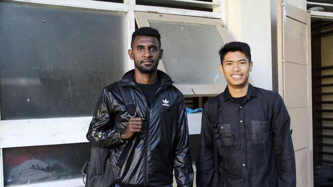 Rudolof Yanto Basna (kiri) dan Dinan Yahdian Javier memilih fokus kuliah setelah kompetisi ISL tidak ada lagi. (Bola.com/ Vincensius Sawarno)
