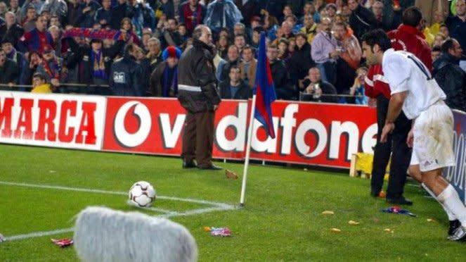 Luis Figo dilempar kepala babi