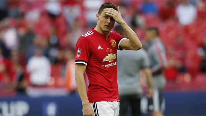 Gelandang Manchester United, Nemanja Matic, tampak kecewa usai dikalahkan Chelsea pada laga final Piala FA 2017-2018 di Stadion Wembley, Sabtu (19/5/2018). Chelsea menang 1-0 atas Manchester United. (AFP/Ian Kington)